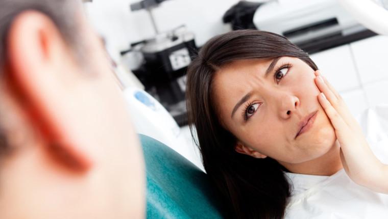 Zahnschmerzen: Ursachen, Behandlung & Erste Hilfe-Maßnahmen
